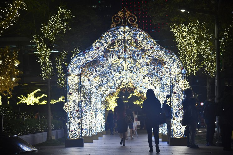 台北101松智路上的耶誕星光迴廊。圖/台北101提供