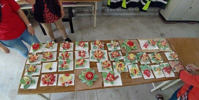 金門大學都市計畫與景觀學系和西浦頭社區發展協會共同舉辦「剪黏手作體驗營」,教導民眾剪粘工藝。圖/金大提供