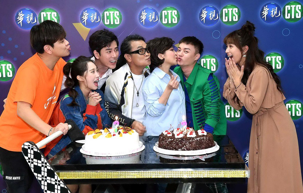 王彩棹(右三)錄華視「黃金年代」慶生,現場親吻小鮮肉許富凱。圖/華視提供