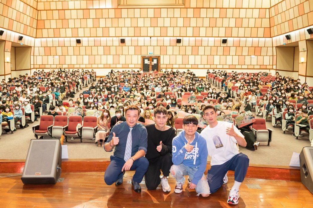 林煒(左起)、陳彥允、編劇杜政哲及章廣辰為「粉紅色時光」到世新大學與學生們互動。...