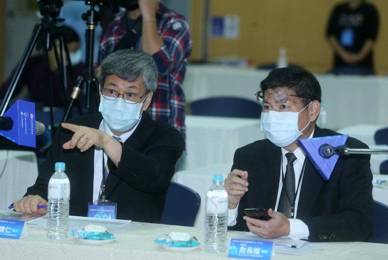 肺癌存活率倍增倡議平台專家論壇,前副總統陳建仁(左)主持,詹長權教授(右)等人與談。記者曾吉松/攝影