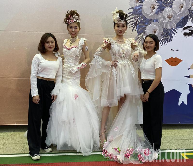 萬能科大時尚造型設計系的選手以「客家新娘」為主題設計婚紗。記者高宇震/攝影