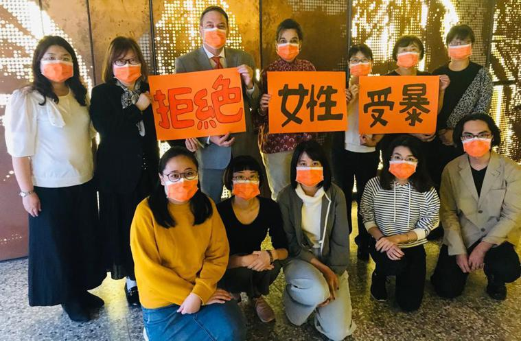 今天是「國際終止婦女受暴日」,駐台北以色列經濟文化辦事處今與婦女救援基金會人員一...