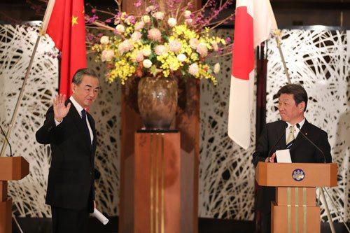11月24日,大陸國務委員兼外長王毅在東京同日本外相茂木敏充共同會見記者。大陸外...