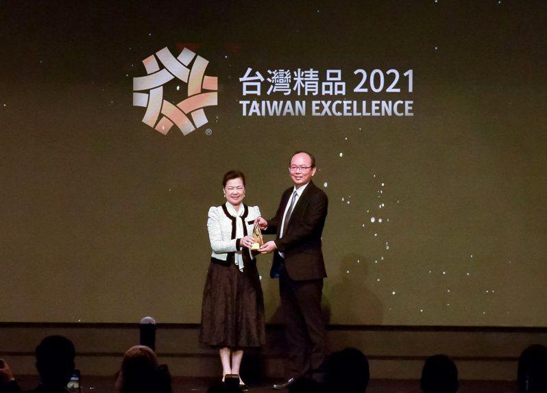 醫材公司雃博以旗下陽壓呼吸器面罩,奪下第29屆台灣精品獎金質獎。(右起)雃博總經理陳恆偉。雃博/提供