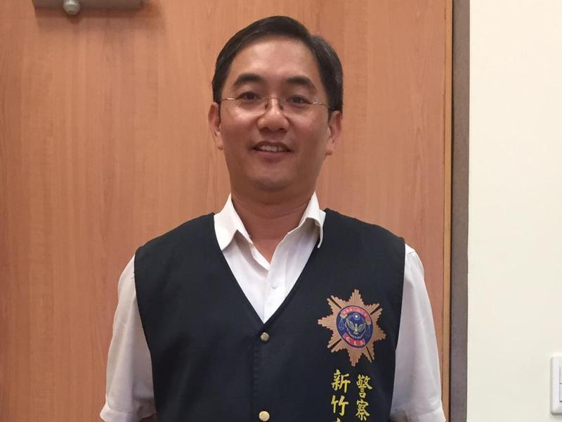新竹市刑警大隊副大隊長吳文華2015年買了一件原色牛仔褲,無論坐辦公室、率隊辦重大刑案、追捕通緝犯,他都「一褲穿到底」,逐漸穿出符合身形的皺褶刷色。記者王駿杰/攝影