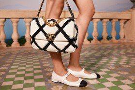 氣質滿點的黑白配!香奈兒新款雙色鞋讓人難以抉擇