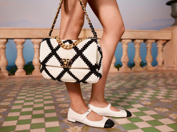 在最新上市的2021度假系列,香奈兒帶來了經典的黑白配色雙色鞋。圖/香奈兒提供