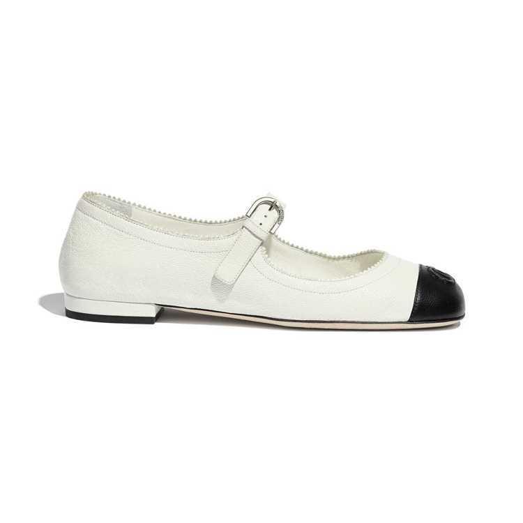 皮革瑪麗珍鞋,29,900元。圖/摘自香奈兒官網