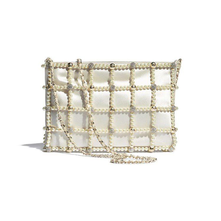 白色緞面幻象珍珠水晶鑲飾小包,37萬9,200元。圖/香奈兒提供