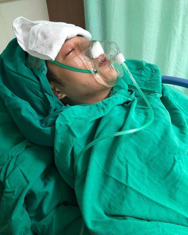 周湯豪突然Po出戴著氧氣罩的術後照。圖/摘自IG