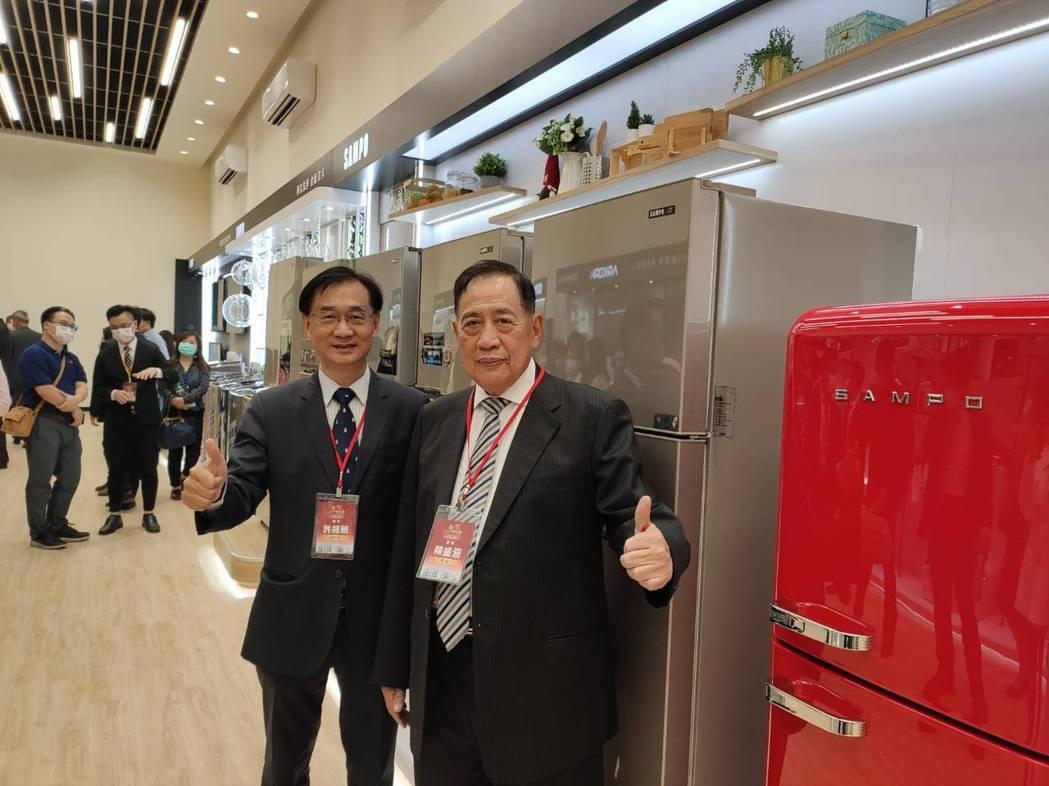 聲寶集團總裁陳盛沺(右)、總經理許經朝(左)在台南新廠介紹年度新產品,預期第4季...