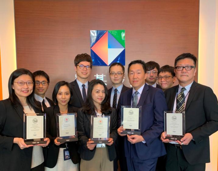 凱基證券債券部主管楊宗威副總經理(前右二)及團隊,專業表現獲各獎項肯定。凱基證券...