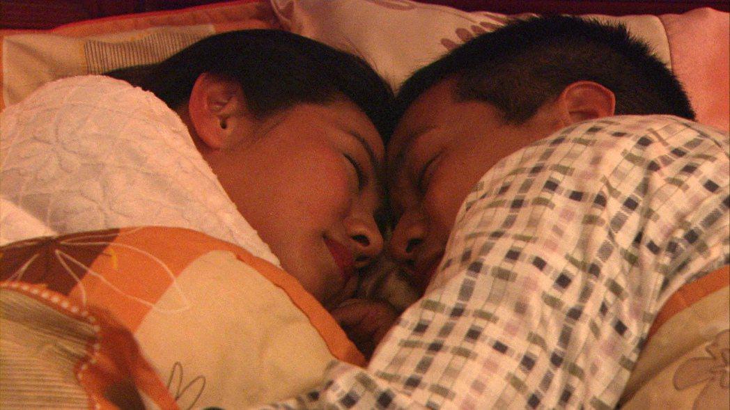 米可白(左)與薛仕凌上演床戲。圖/台視提供