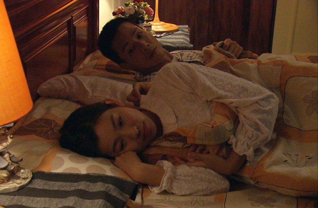米可白(前)與薛仕凌上演床戲。圖/台視提供