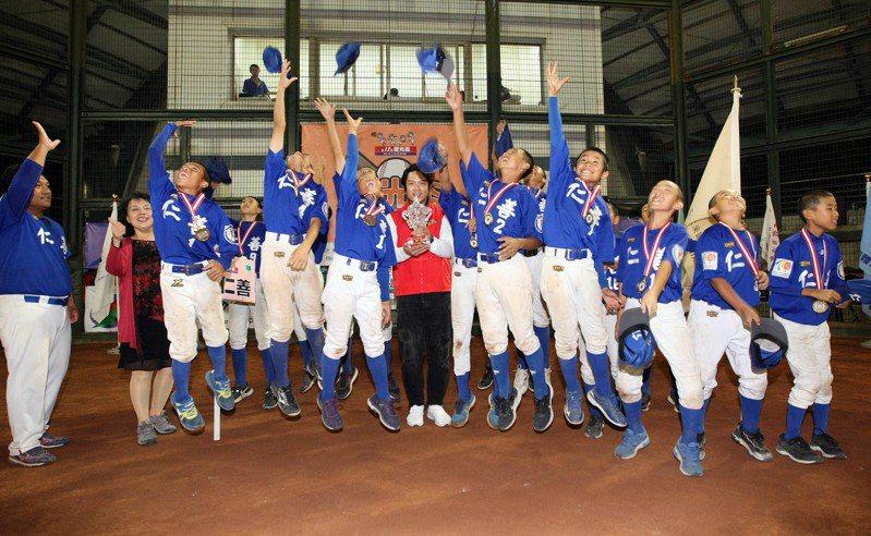 桃園仁善全體球員高拋球帽慶賀奪冠。圖/台北市棒球協會提供