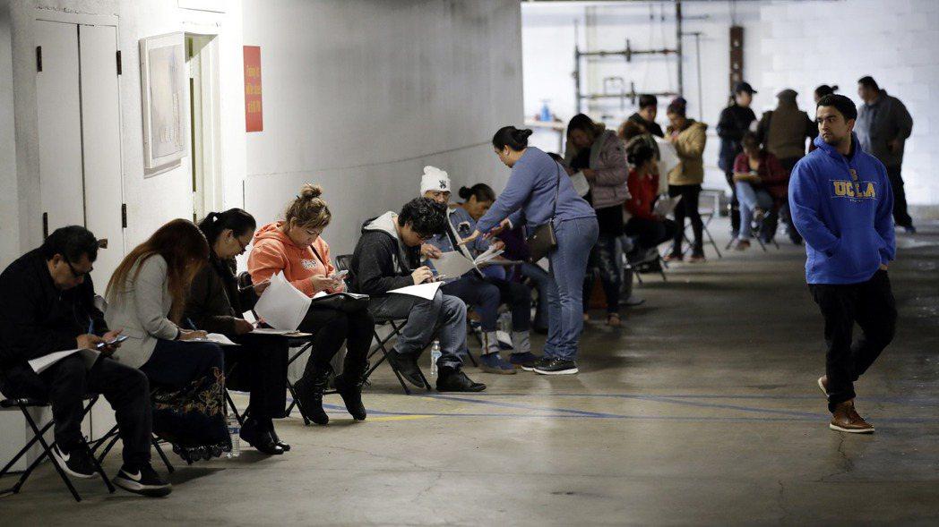 美國上周首次申領失業救濟金人數高於預期,反映新冠疫情帶來的衝擊。 美聯社