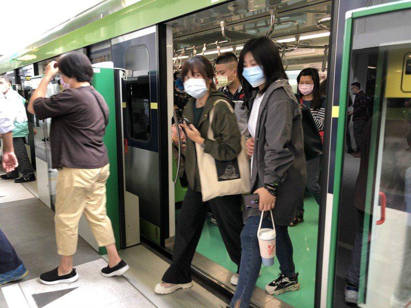 民眾搭捷運,下車通過車門及閘門,常有人擔心被夾到。本報資料照片