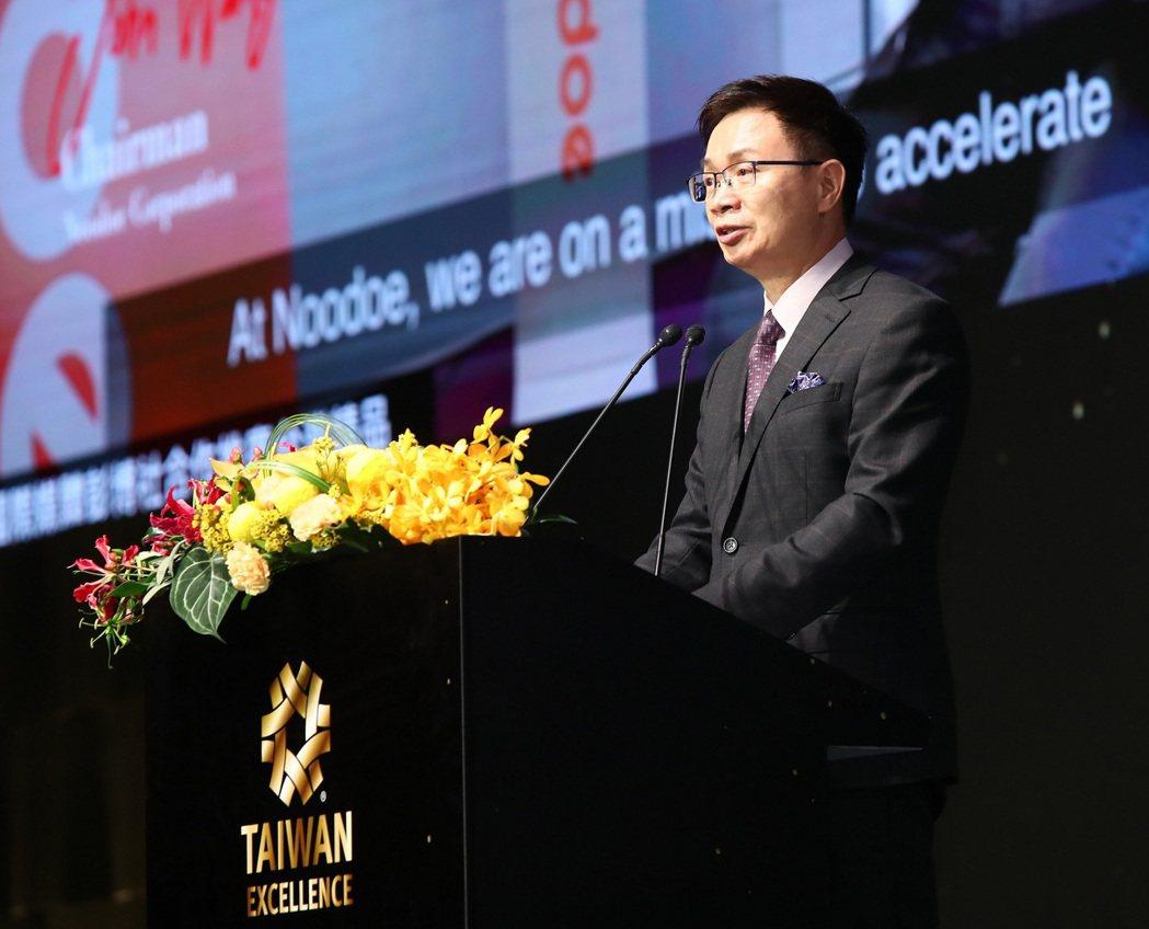 外貿協會董事長黃志芳為得獎企業祝賀並表示科技是商貿戰疫的疫苗,疫情加速全球數位化...