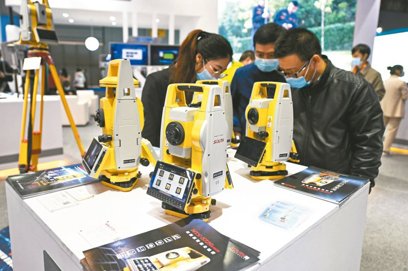 參展企業在第十一屆中國衛星導航年會上展示了基於北斗衛星導航系統的最新應用與服務。(新華社)