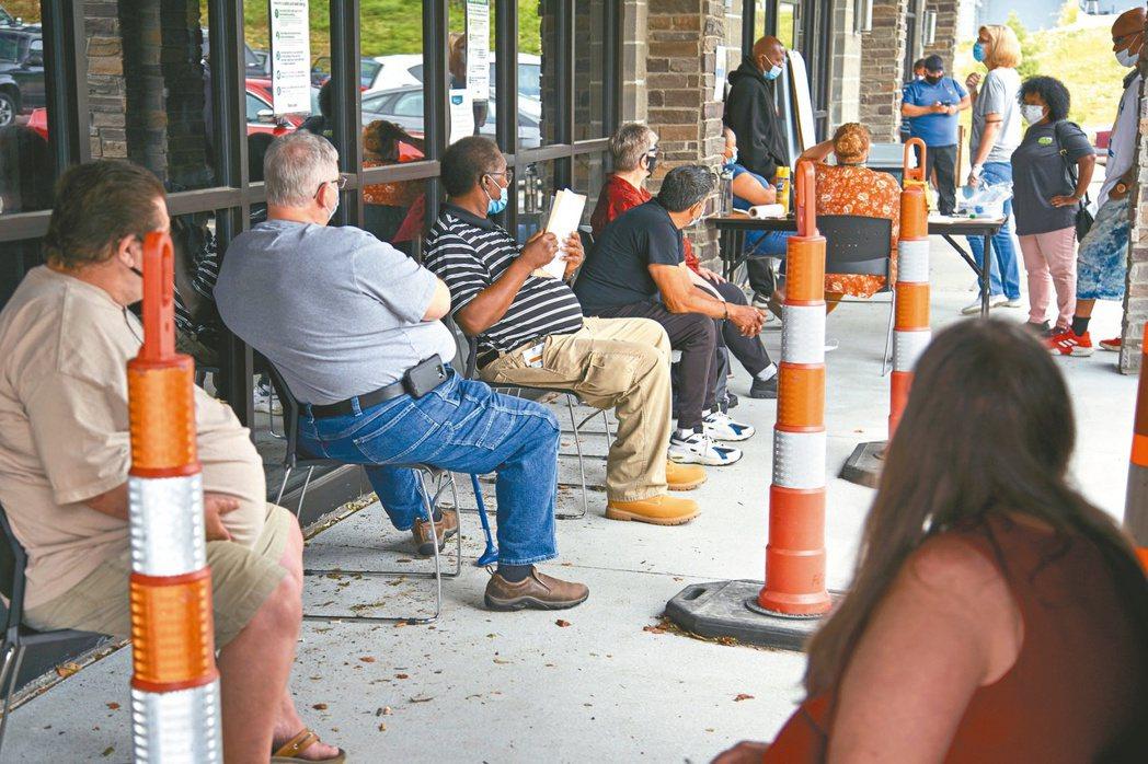 美國上周首次申領失業救濟金人數77.8萬人,為7月以來首度連兩周增加,反映新冠疫...