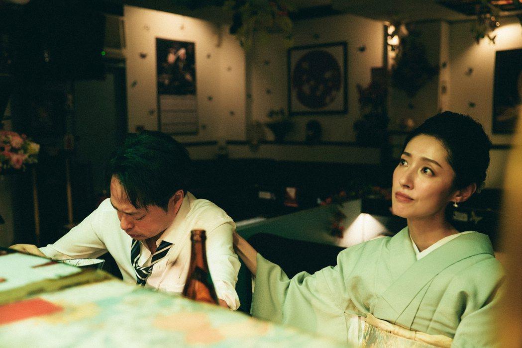 田中千繪(右)與鄭有傑合演YouTube樂團「七月半」的MV。圖/七胖娛樂有限公