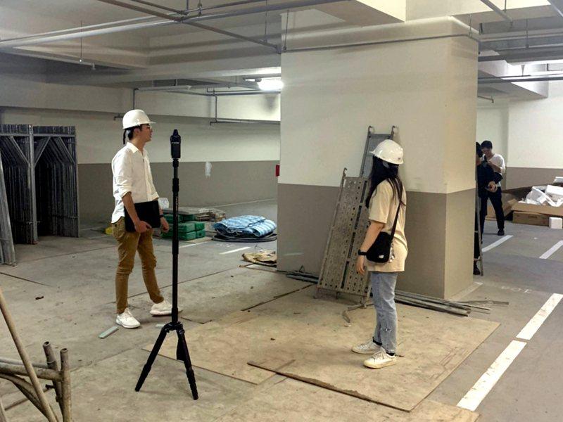 空間設計師在毛胚屋的工作現場,從丈量、放樣、製圖到施工完成,流程繁瑣。圖/教育部提供