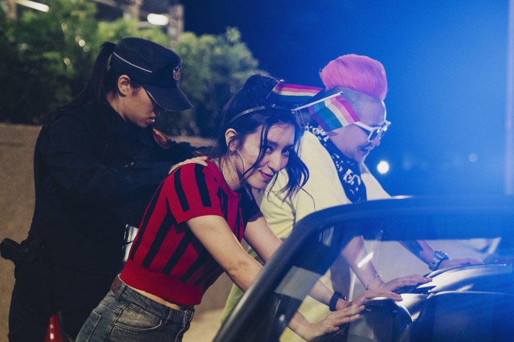 Lara梁心頤(中)在MV中被警方逮捕。圖/妹妹娃娃多媒體提供