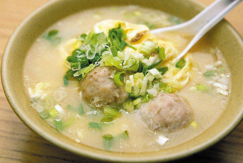 在味噌湯中加入蛋花、貢丸,是台灣獨特吃法。 圖/聯合報系資料照