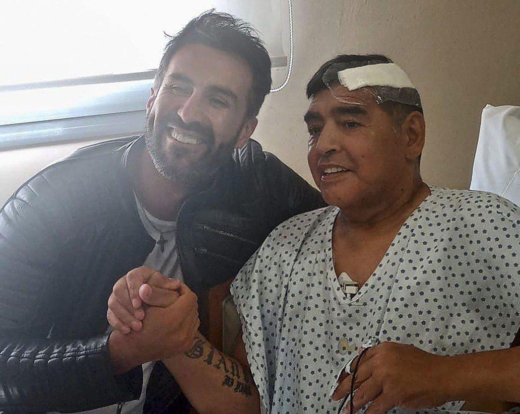 11月11日,馬拉度納與治療他的醫生握手合照。儘管手術一度驚險,但老馬的開刀過程...