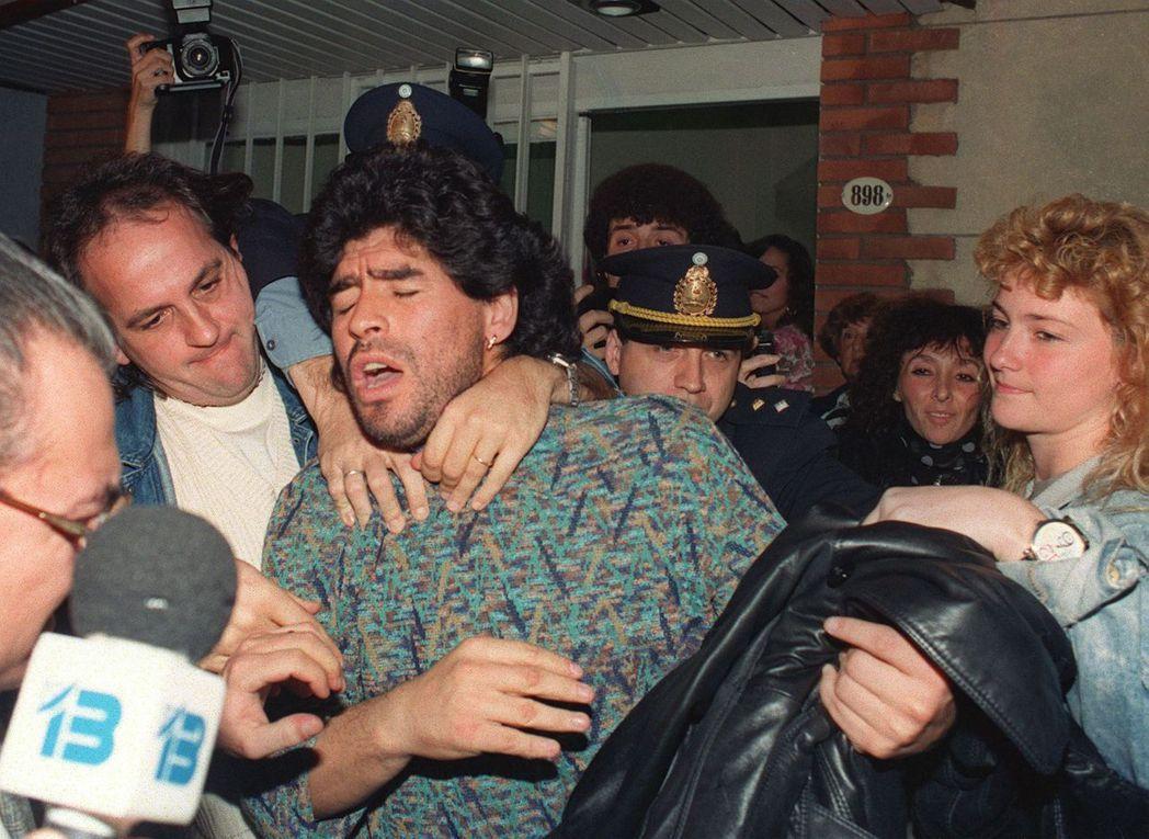 1991年,馬拉度納因被發現持有半公斤的古柯鹼,在其住所被警方帶走。  圖/ 法...