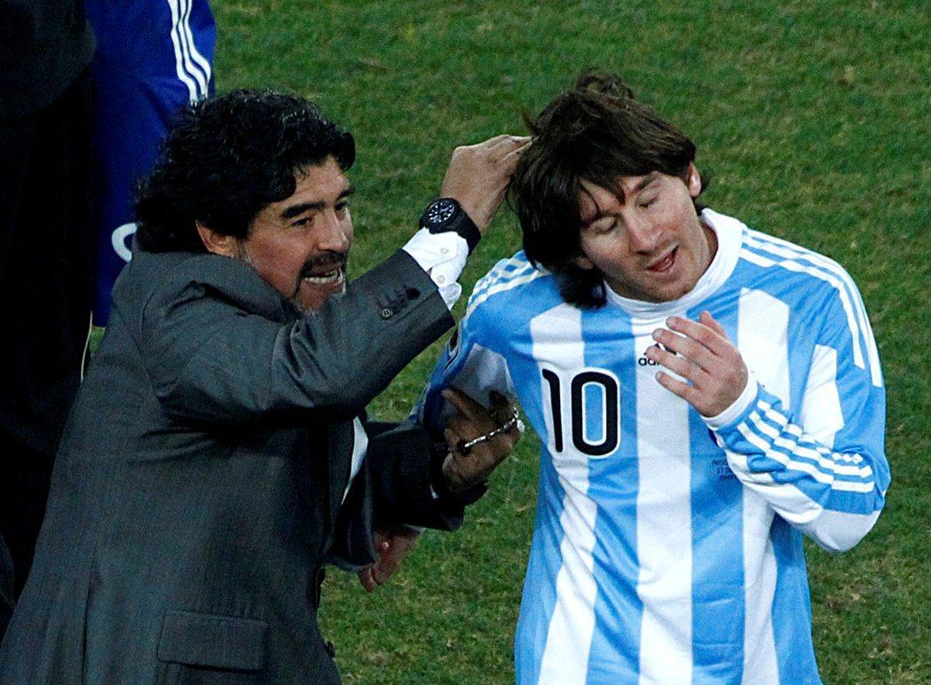 圖為2010年南非世界盃的馬拉度納與梅西。 圖/路透社