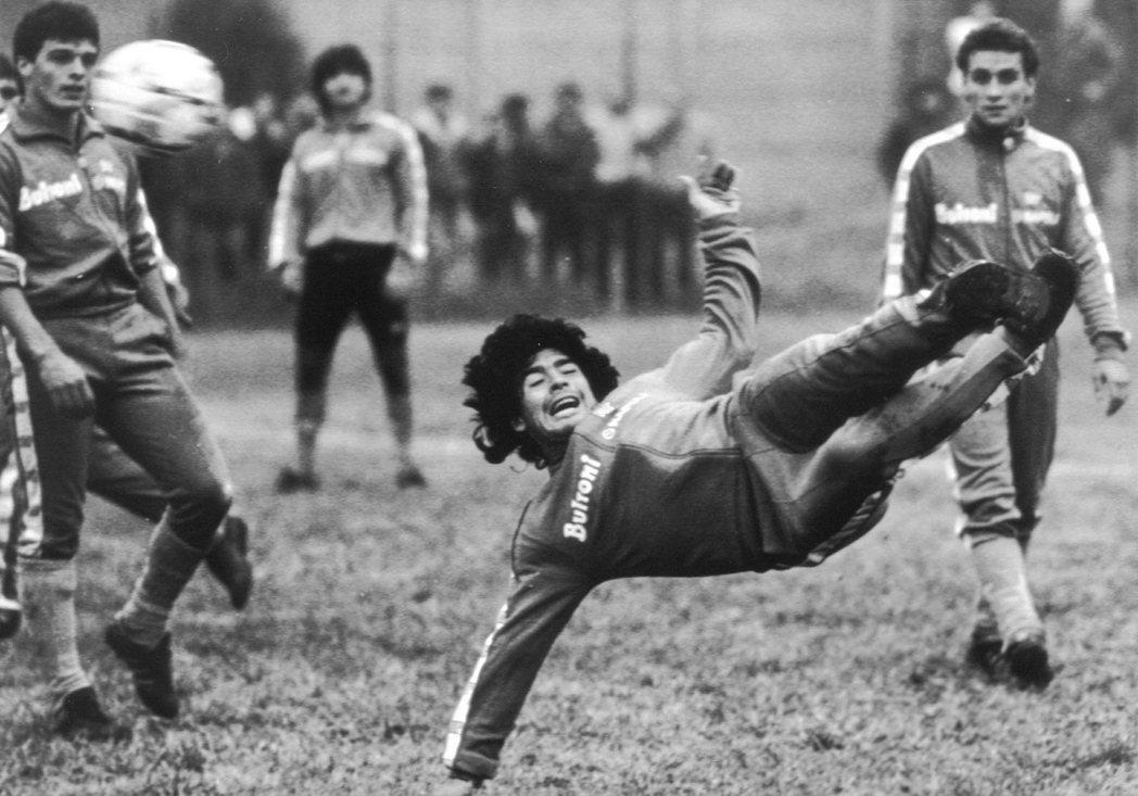 馬拉度納在1984年夏天被巴薩「清洗離隊」,甩賣到義大利甲級聯賽的次級球隊——拿...