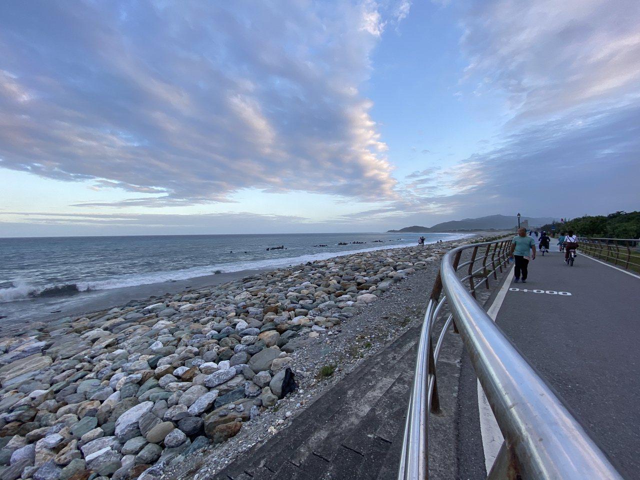 花蓮化仁海堤就在海岸線旁邊,每到傍晚吸引許多民眾散步、跑步或騎自行車欣賞風景。 ...