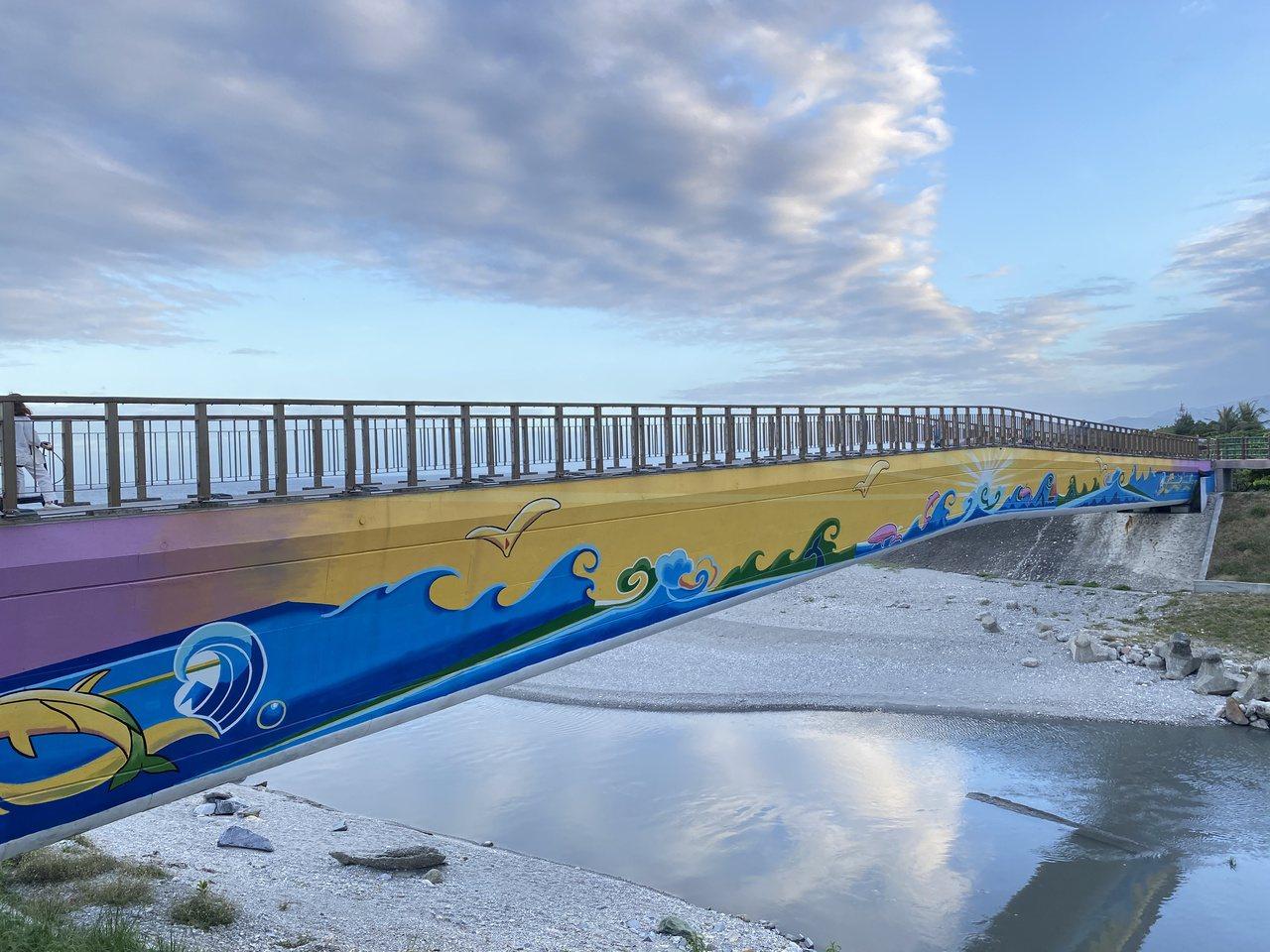 花蓮吉安海濱公園有一座普照橋,代表東邊太陽升起時陽光普照,橋梁連接南濱海堤和化仁...