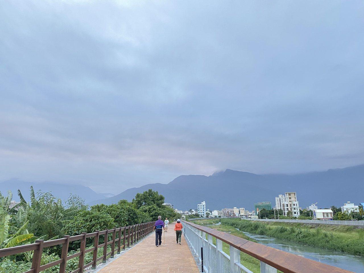 花蓮吉安海濱公園的步道平穩、無車輛進入,很適合散步或慢跑運動。 圖/王思慧 攝影