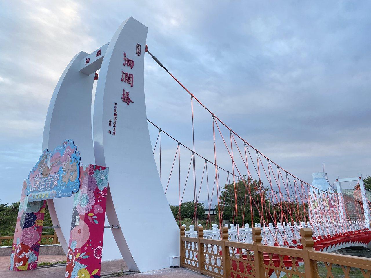 花蓮吉安溪的洄瀾橋,造型以先人登陸洄瀾灣的「駁仔船」作為設計。  圖/王思慧 攝...