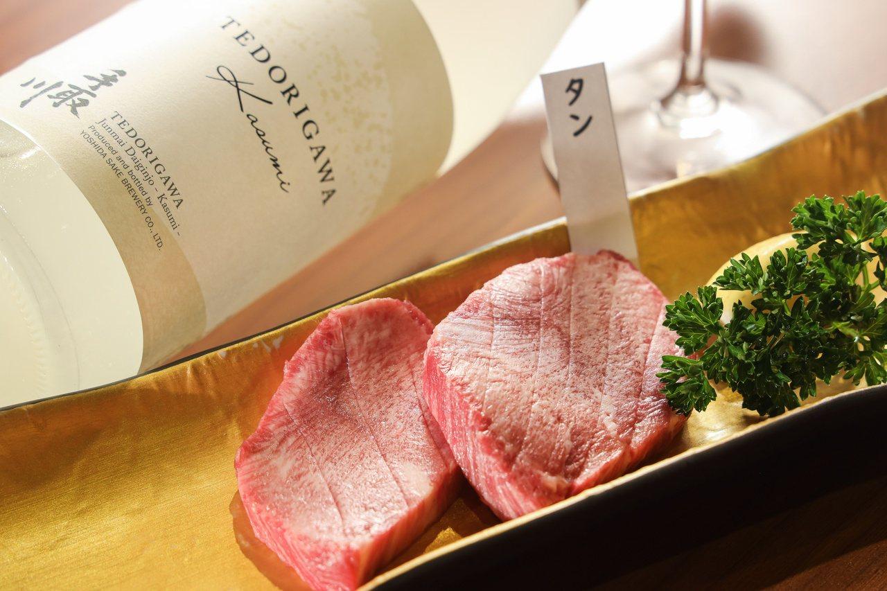 燒肉與日本清酒是美妙絕配。提醒您:禁止酒駕 飲酒過量有礙健康。 圖/吳致碩 攝影