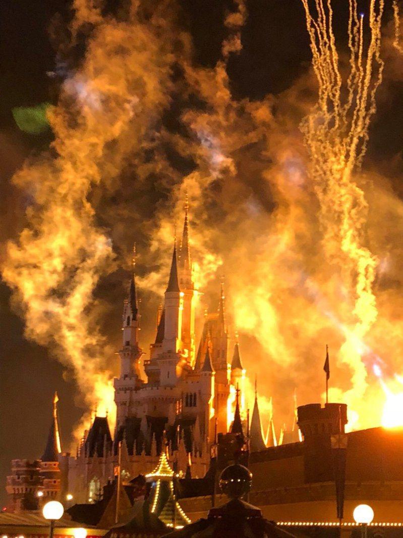 日本一名網友本來要拍灰姑娘城堡,拍出來卻彷彿置身於大火之中。圖擷取自twitter