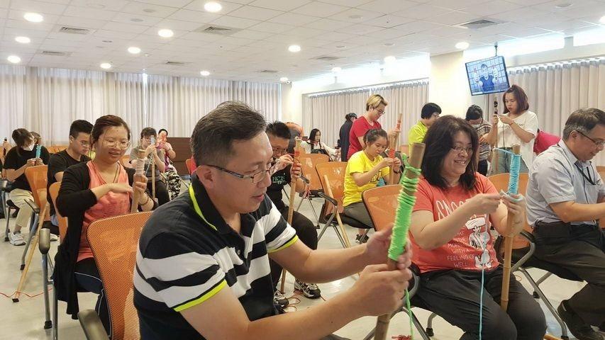 水保局南投分局與不倒翁學校合辦工作坊指導社區及長照據點利用竹子和繩子自製健走杖。...