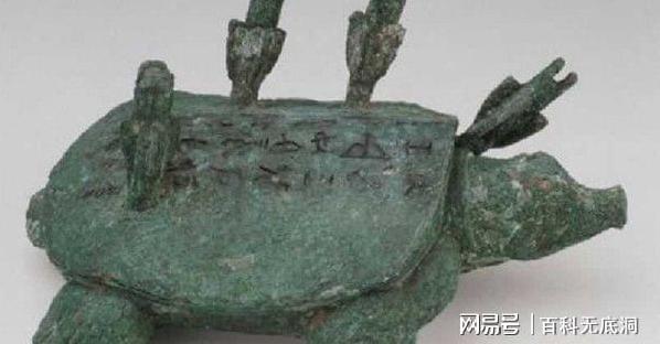 中國一名老翁釣起烏龜銅像,意外發現竟是「黿」,身價更高達台幣78億。圖擷自網易新聞。
