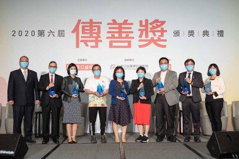 第六屆傳善獎頒獎典禮,由陳永泰公益信託總幹事王景賢(左一)頒獎。 圖/傳善獎提供