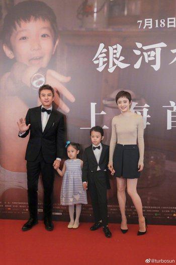 孫儷(右)與同是演員的老公鄧超育有一兒一女。 圖/摘自微博