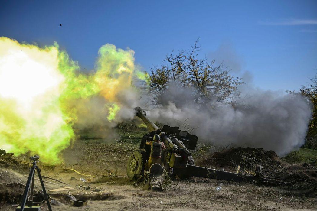亞美尼亞士兵進行砲彈射擊。 圖/法新社