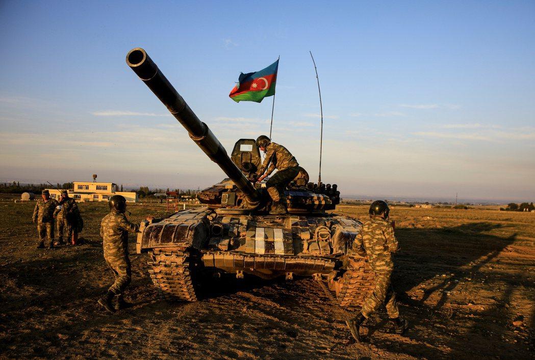 亞美尼亞和亞塞拜然的矛盾、亞塞拜然與土耳其的結盟,加上確保內高加索穩定為最高優先,使得俄羅斯對兩亞間衝突也感到頭痛。圖為亞塞拜然戰車。 圖/路透社