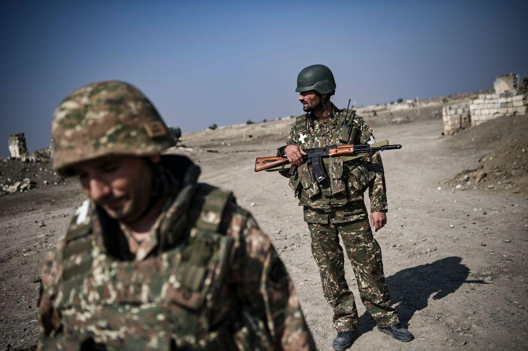 1988至1994年的納-卡戰爭結束後,亞美尼亞控制納-卡地區大部分,該地區宣布從亞塞拜然分離,並建立共和國。圖為亞美尼亞軍人。 圖/法新社