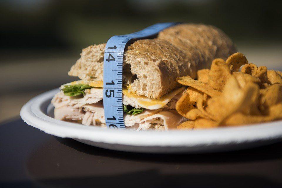 約有七成糖分潛藏在日常包裝食品中,無論麵包、優格,甚至健康食品都可能含有糖分。 ...