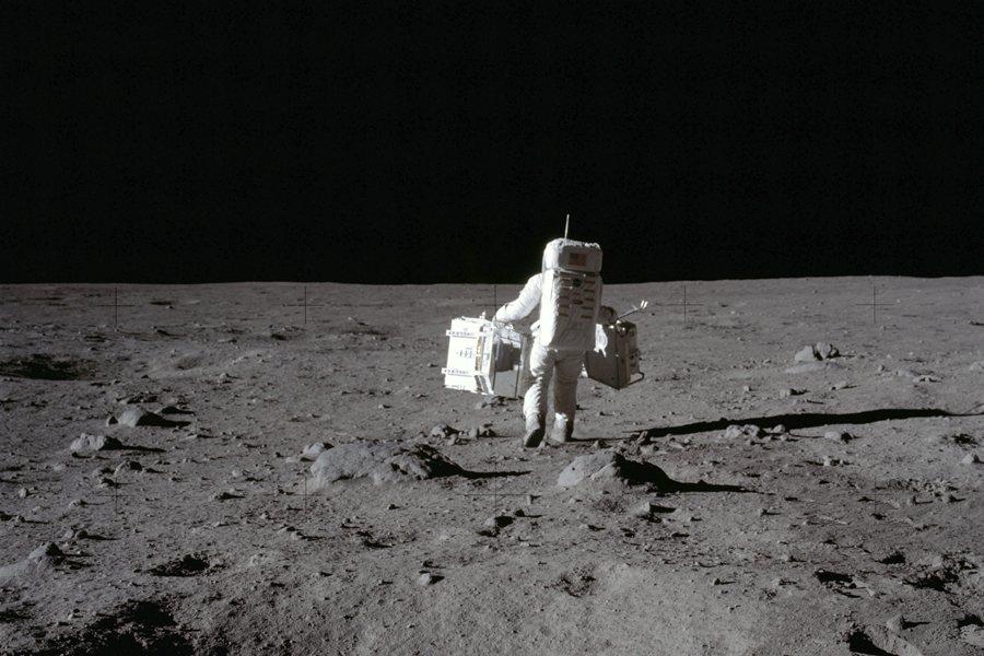 依據外太空條約,太空是全人類的領域,利用外空資源必須基於全人類的福祉。圖為1969年登月照。 圖/美聯社