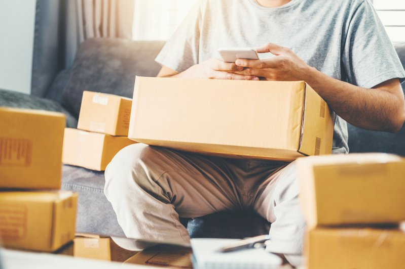 民眾於雙11購物節訂購的包裹紛紛到貨,但常因賣家與買家認知不同而發生趣事。示意圖/Ingimage