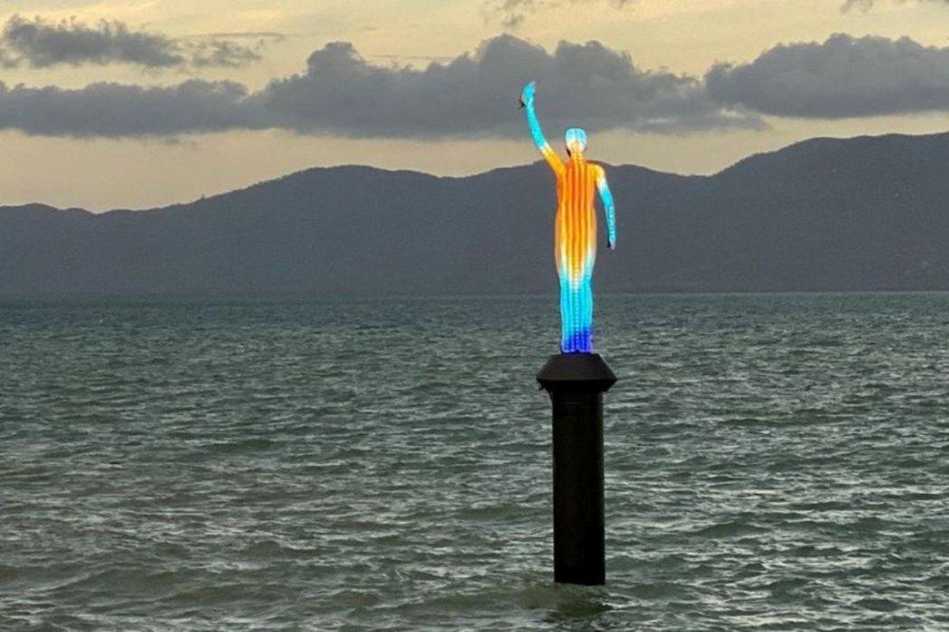 「海妖」是一座16英尺高,矗立在湯斯維爾港邊的女子雕像。形象取自當地烏古魯卡巴(...